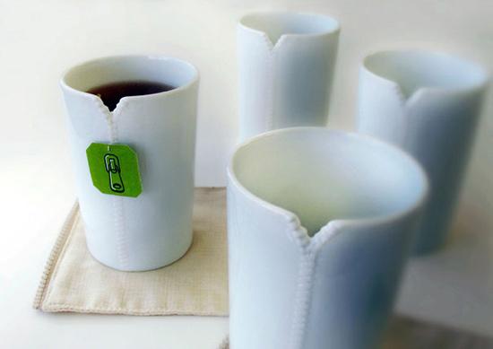 Những chiếc cốc sáng tạo này được tạo ra bởi nhà thiết kế Lee Weilang, chúng được làm từ sứ men trắng và có một khe nhỏ để giữ túi trà.