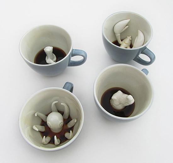 Bộ cốc này sẽ khiến bạn giật mình, sau khi uống cạn cà phê trong cốc, những con vật như bạch tuộc, cá sấu, tôm hùm ... sẽ hiện ra.