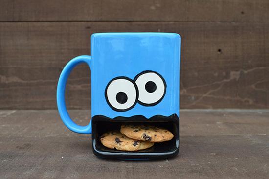 Chiếc cốc này là sản phẩm của nhà thiết kế Samantha Ulrich, nó có thêm một cái hốc bên dưới được minh họa giống một cái mồm ở để đựng thêm những chiếc bánh cookie.