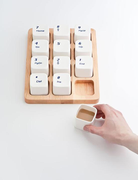 Bộ cốc uống cà phê này là của nhóm thiết kế đến từ Thượng Hải, E Square, chúng được lấy ý tường từ bàn phím của hãng Apple.