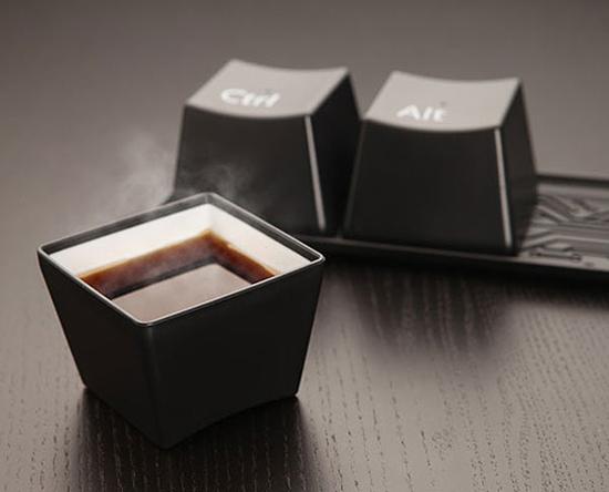 Còn 3 chiếc cốc này lấy ý tưởng từ tổ hợp phím nổi tiếng Ctrl + Alt + Del trên hệ điều hành Windows của Microsoft.