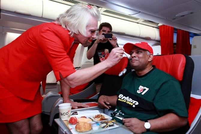 Sau khi thua một ván cược, tỷ phú người Anh - Richard Branson đã phải làm tiếp viên hàng không trên chuyến bay Tony Fernandes.