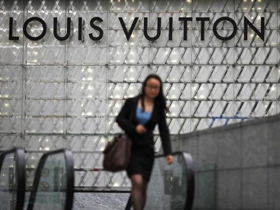 """Theo nghiên cứu mới nhất từ Rambourg, Louis Vuitton hiện đang được xem như """"chỉ dành cho thư ký"""". Khách hàng thu nhập cao đang cực kỳ đói khát các thương hiệu hạng sang thuộc hàng quý hiếm. Nguồn ảnh: Carlos Barria/ Reuters."""