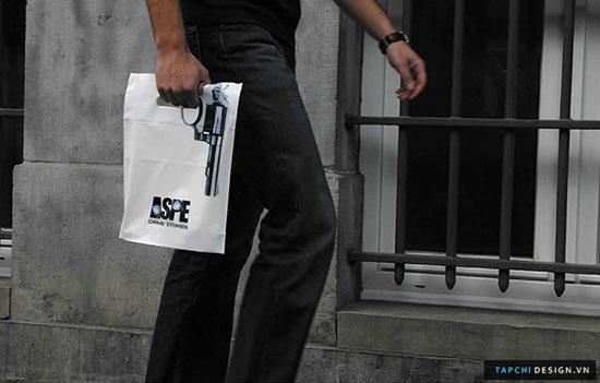 Những chiếc túi được làm ra đã mô tả một phần nào đó những gì đã diễn ra tại Crime trong năm vừa qua, đó là những xung đột và bao động.