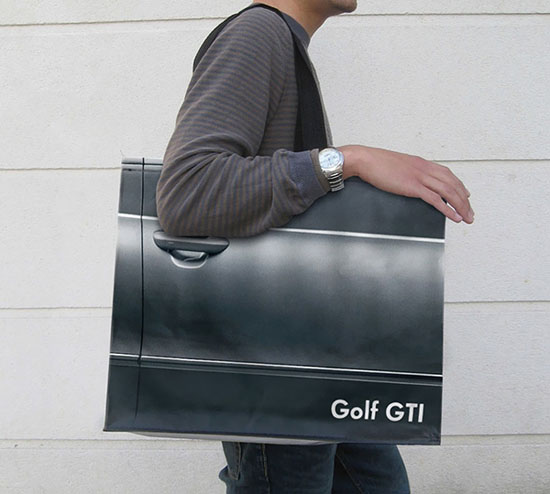 Công ty quảng cáo Agence V đến từ Pháp đã tạo ra những chiếc túi này để quảng bá cho hãng xe Volkswagen với dòng xe Golf GTI.
