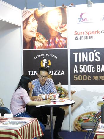 Khách hàng tìm hiểu thương hiệu Tino's Pizza của Đài Loan tại triển lãm IFBO Việt Nam 2014.