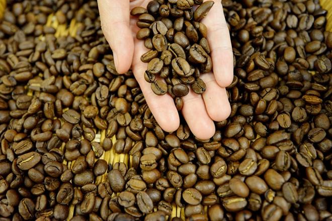 Starbucks bắt đầu rang cà phê từ năm 1971 với phương pháp pháp thủ công - cách đã giúp thương hiệu này có nhiều người hâm mộ và tạo ra sự khác biệt so với những loại khác. Cà phê của Starbucks nổi bật không chỉ vì màu sẫm hơn mà còn vì có nhiều hương vị hơn. Starbucks mất 18 - 25% trọng lượng hạt khi thực hiện công đoạn rang. Hạt cà phê sẽ được rang để tạo ra 3 dòng khác nhau là Blonde, Medium và Dark.