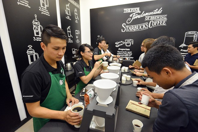Khu vực cửa hàng pha chế khá đông khách mời đến trải nghiệm. Giống như tại các cửa hàng Starbucks, khách hàng tham gia buổi trải nghiệm cũng được xem các partner trực tiếp pha chế từ công đoạn xay hạt, pha cà phê.