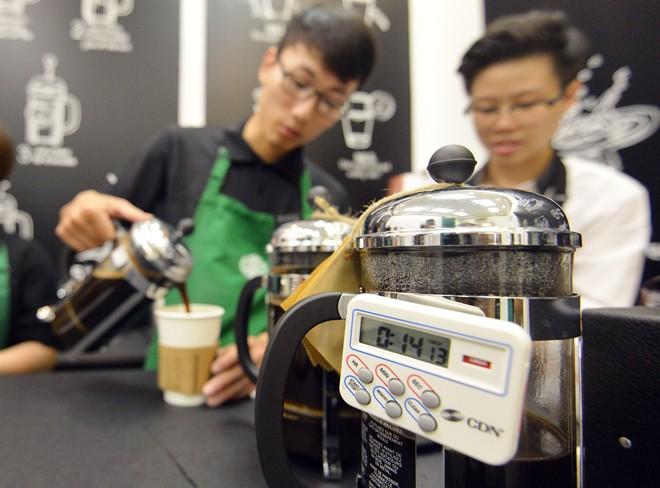 Đồng hồ đo thời gian pha cà phê được gắn trên ấm. Một chuyên gia pha chế từ Hong Kong cho biết, việc gắn đồng hồ đo giúp các nhân viên thuận tiện, kiểm soát tốt hơn thời gian của mình, đặc biệt là khi quán quá đông.