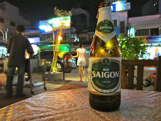 """Bia Sài Gòn với slogan """"Có thể bạn không cao nhưng người khác phải ngước nhìn""""."""