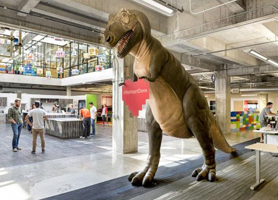 Ngay ở sảnh vào, bạn sẽ có cảm giác choáng ngợp như lạc vào công viên kỷ Jura với chú khủng long cao 3,3m. Đây chính là con vật biểu trưng cho công ty game hàng đầu thế giới này.