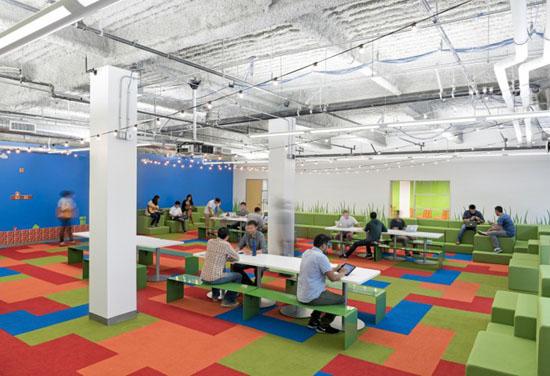 Công ty thiết kế Blitz đã sử dụng các tông màu tươi sáng, các bức tường vẽ đồ họa, tượng 3D hay hình ảnh trong các game để trang trí.