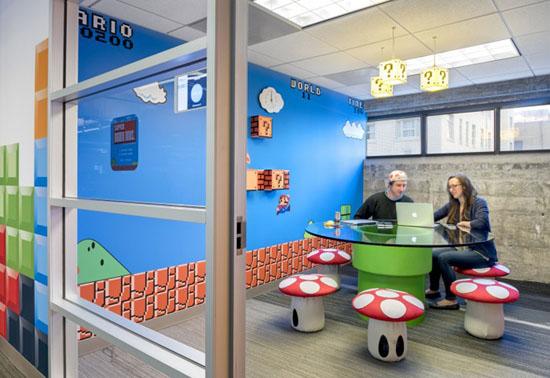 Tăng thêm sự hứng thú cho nhân viên còn có 5 căn phòng thể hiện hình ảnh của các game kinh điển. Bàn ghế, đèn cũng được thiết kế phù hợp với chủ đề của từng trò chơi.