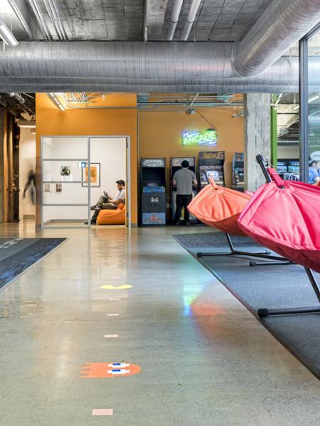 Điều thú vị nhất là các nhà thiết kế đã tạo ra một không gian linh hoạt cho nhân viên. Người làm việc ở đây có thể dễ dàng dịch chuyển bàn ghế để tạo ra các khu vực làm việc nhóm khi cần.