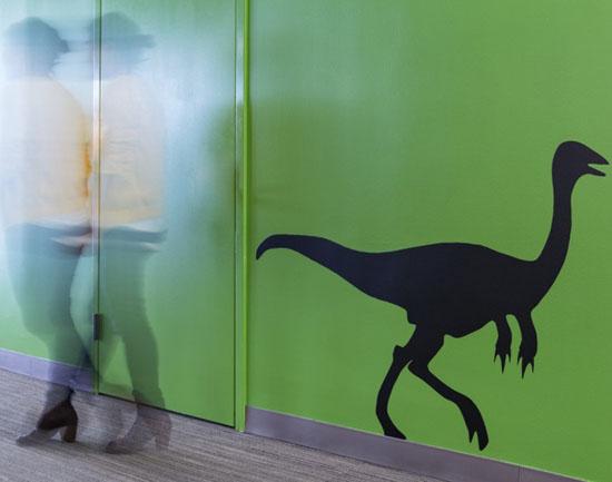 Bạn có thể bắt gặp biểu tượng công ty trên các bức tường.