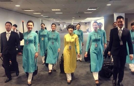 Nhiều ý kiến cho rằng, đồng phục mới của tiếp viên Vietnam Airlines khi nhìn tổng thể không đẹp. Ảnh: VNA.