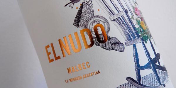 El Nudo Malbec. Được thiết kế bởi Lucía Jaime, nhãn chai sẽ gợi cho bạn một thế giới kỳ lạ như Alice in Wonderland