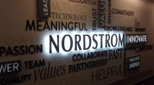NordStrom trao quyền tự chủ cho nhân viên cũng là một yếu tố gia tăng năng suất cũng như giữ gìn chất lượng dịch vụ