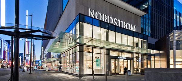 NordStrom đào tạo nhân viên theo những kịch bản cực kỳ phức tạp và khó đoán trước nhằm bắt họ linh động ứng biến để đem lại trải nghiệm tốt nhất cho khách hàng thay vì bị động áp dụng những nguyên tắc cứng nhắc.