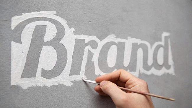 Tên thương hiệu cần thể hiện sự khác biệt với đối thủ cạnh tranh, đặc biệt là đối thủ trực diện. Không nên đặt tên giống hoặc na ná tên của đối thủ, cũng không nên sử dụng những thành tố mà đối thủ đã sử dụng.