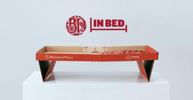 Chiếc hộp pizza kiêm bàn ăn trên giường